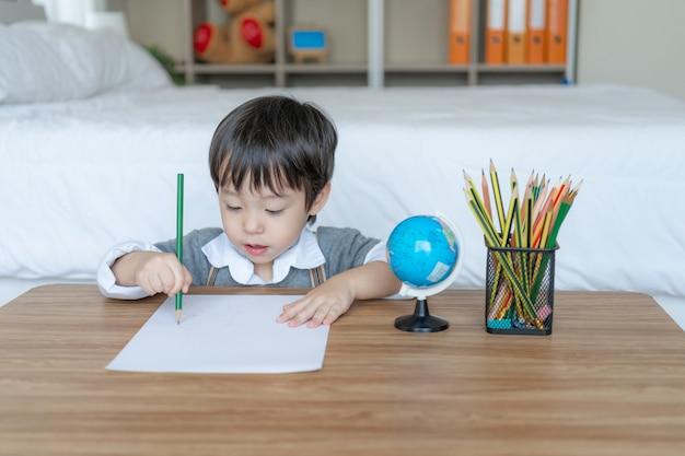 白い紙の上に描画使用鉛筆色でうれしそうな少年 無料写真
