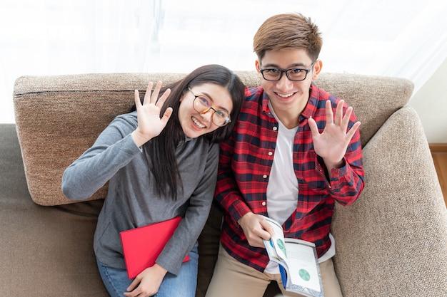トップビュー若いきれいな女性とハンサムなボーイフレンド眼鏡を着用し、座って本を読んで 無料写真
