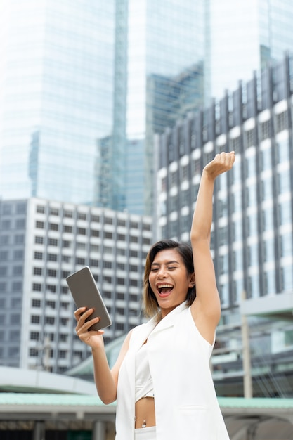 Портрет веселая работница с успешным в городе Бесплатные Фотографии