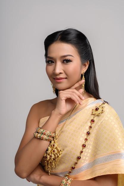 Женщины носят тайскую одежду и руки касаются их лица Бесплатные Фотографии