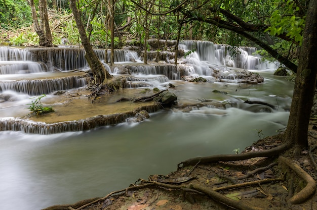 Водопад, который является слоем в таиланде Бесплатные Фотографии