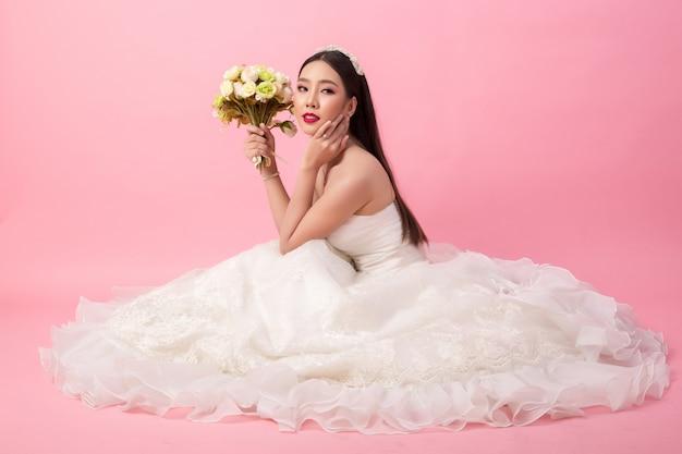 Красивый азиатский портрет невесты в розовой студии Бесплатные Фотографии