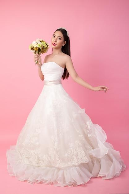 ピンクのスタジオで美しいアジアの花嫁の肖像画 無料写真