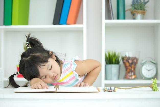 子供は学習に興味がありません。 無料写真