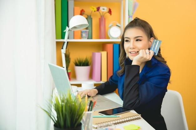 若いアジアの女性がクレジットカードで支払い 無料写真