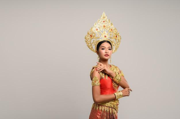 Красивая тайская женщина носить тайское платье и смотрит в сторону Бесплатные Фотографии