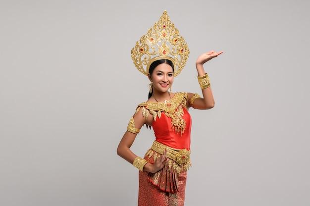 Красивая тайская женщина, носящая тайское платье и тайский танец Бесплатные Фотографии