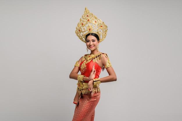 タイのドレスとタイのダンスを着て美しいタイの女性 無料写真