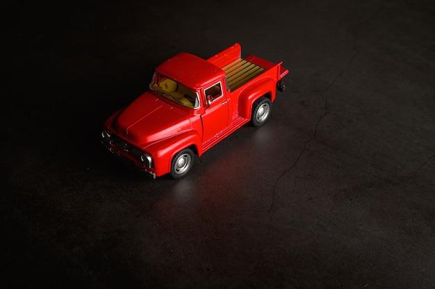 黒い床に赤いピックアップモデル 無料写真