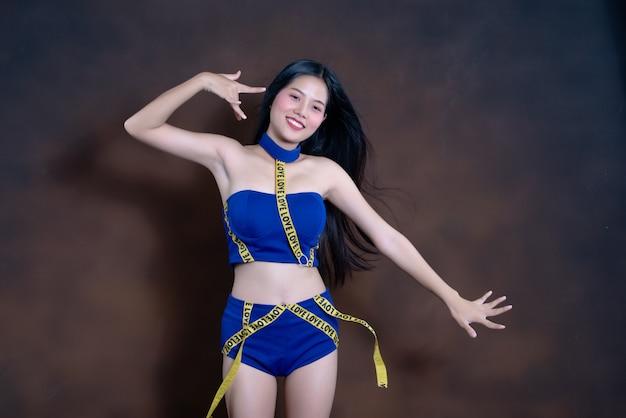 青いドレスダンスで幸せなきれいな女の子の完全な長さの肖像画 無料写真