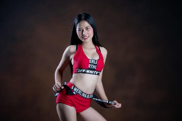 赤いドレスを着て踊る美しいダンサーの肖像画 無料写真