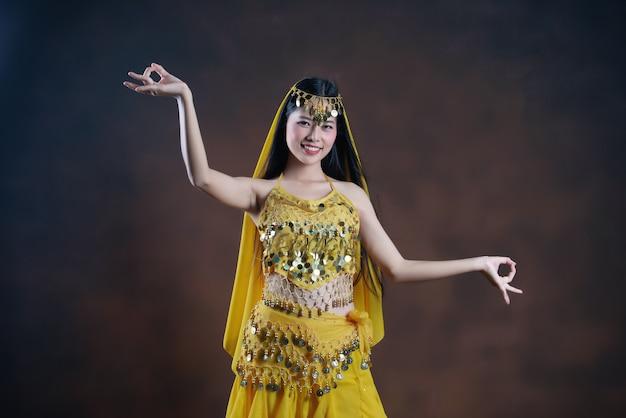美しいインドの若いヒンドゥー教の女性モデル。伝統的なインドの衣装黄色サリー。 無料写真
