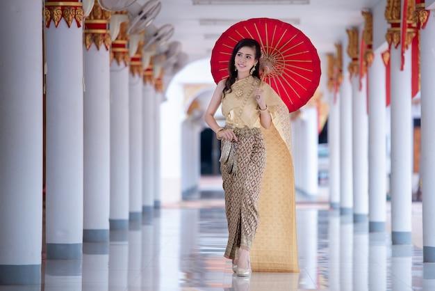 タイの寺院で伝統的な衣装で美しいタイの女性 無料写真