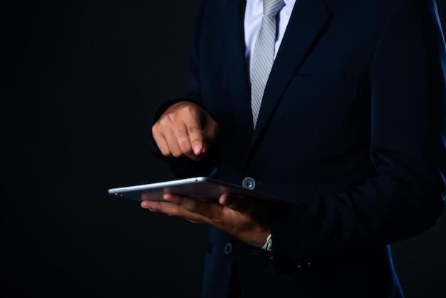 タブレットを使用して販売データと経済成長のグラフ、技術を分析するビジネスマン 無料写真