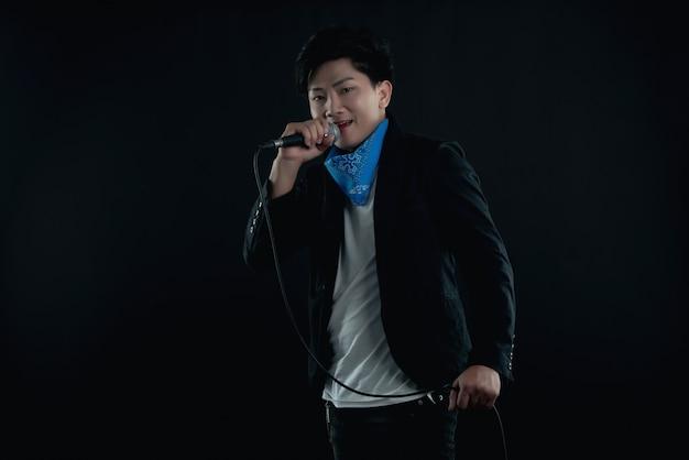 Портрет красивого привлекательного певца Бесплатные Фотографии