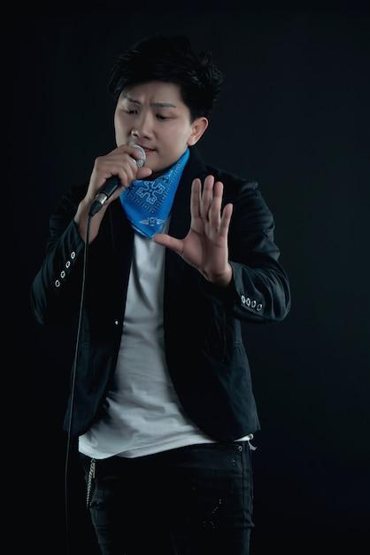 ハンサムな魅力的な歌手の肖像画 無料写真