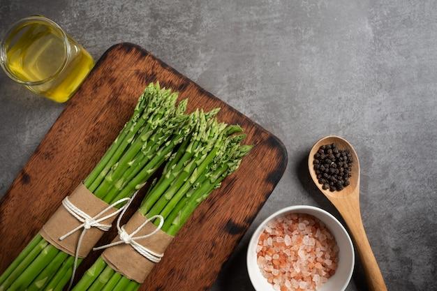 テーブルの上の新鮮なグリーンアスパラガス。 無料写真