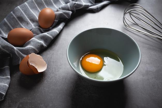 セメントのボウルに卵。 無料写真
