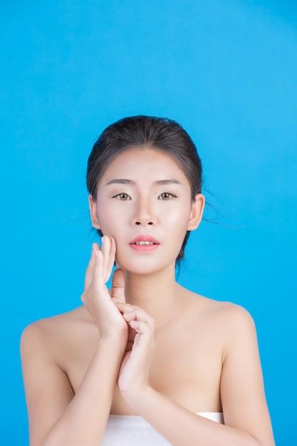 完璧な肌の健康イメージを持つ女性の美しさ 無料写真