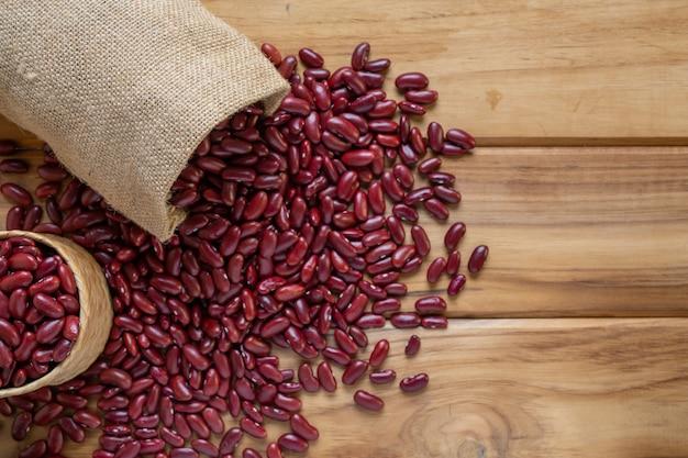 茶色の木の床に赤豆ペースト。 無料写真