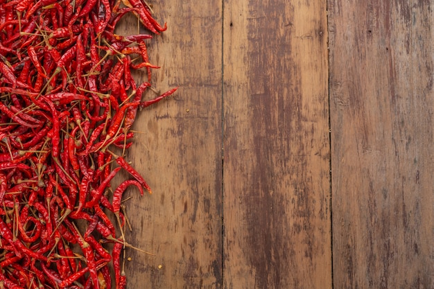 Красный сушеный перец чили, которые сложены на доске. Бесплатные Фотографии