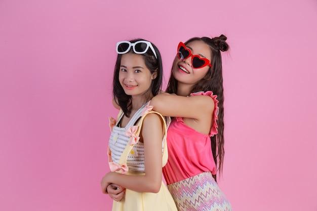 Две азиатские подружки счастливы и имеют розовый. Бесплатные Фотографии