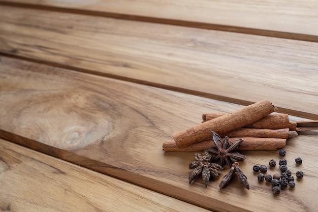 明るい茶色の木の床にまとめられた多くの漢方薬。 無料写真
