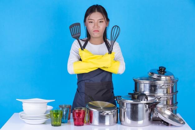 彼の前で皿を洗う美しい女性。 無料写真