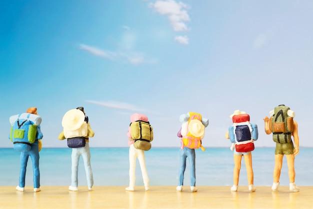 Маленькая фигура путешественника ко всемирному дню туризма Бесплатные Фотографии