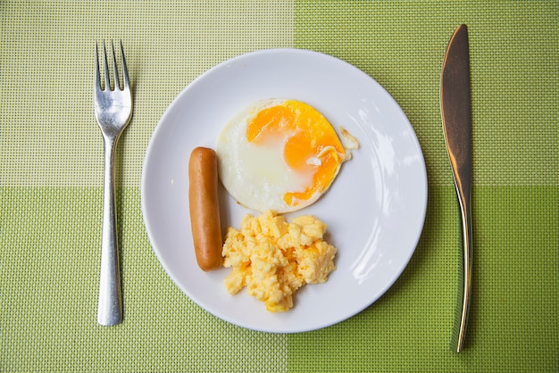 ソーセージと卵朝食セット-朝食料理のコンセプト 無料写真