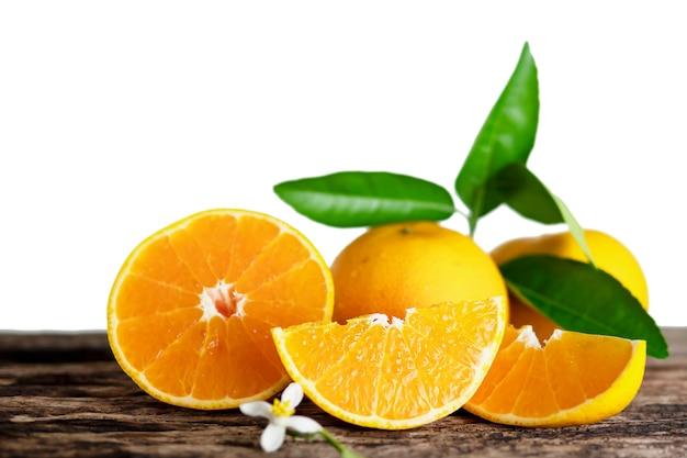 白で設定された新鮮なジューシーなオレンジ色の果物 無料写真