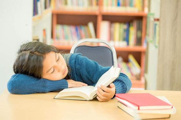 大学図書館で開いている本を読んで賢い学生の肖像画 無料写真