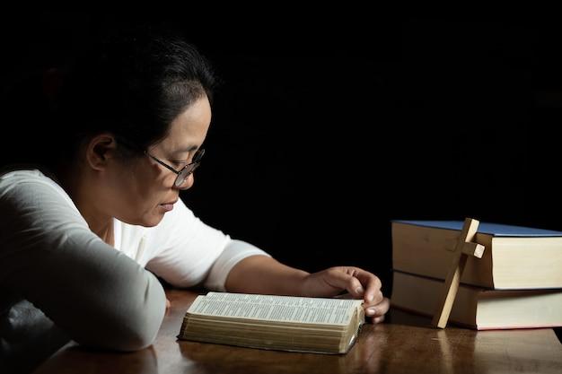 キリスト教の女性は家の聖文を読む 無料写真