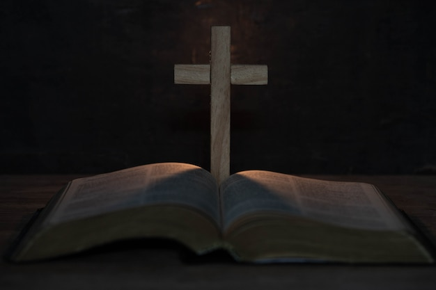 Крест и библия на деревянный стол Бесплатные Фотографии