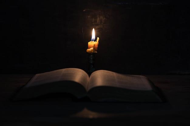 Писание со свечами Бесплатные Фотографии