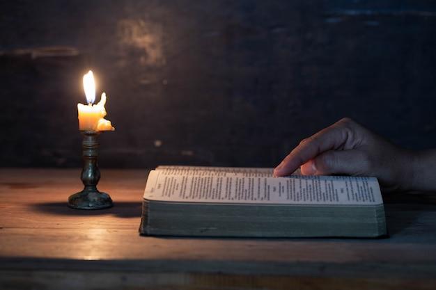 女性は大きな聖書を読んでいます 無料写真