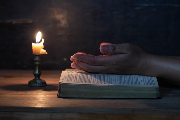 Рука женщины молилась Бесплатные Фотографии