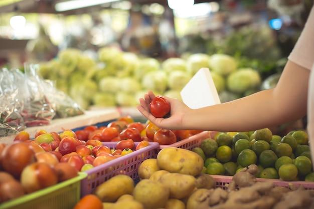女性の有機野菜や果物をショッピング 無料写真