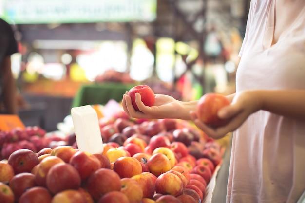 女性のショッピングオーガニックフルーツ 無料写真