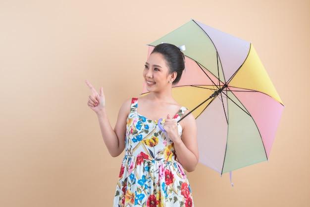 傘を保持している美しい女性 無料写真