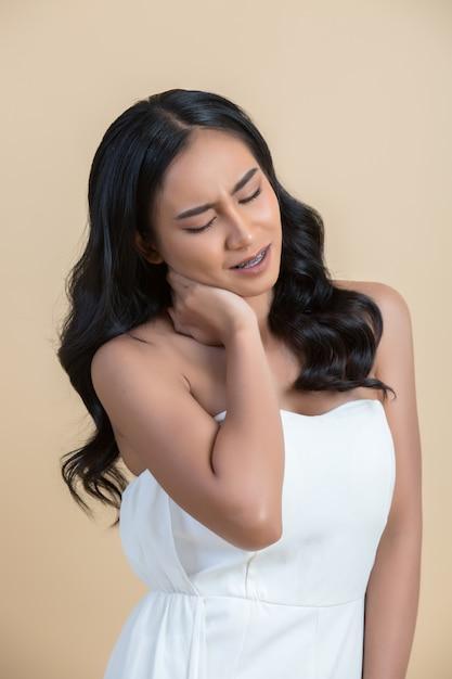 首の痛みを持つ女性 無料写真