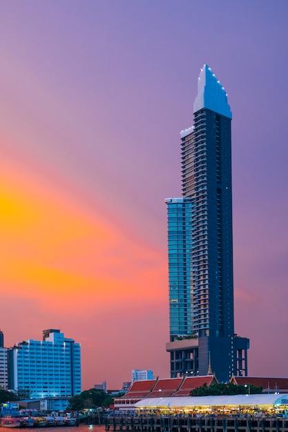 日没の建物側の川 無料写真