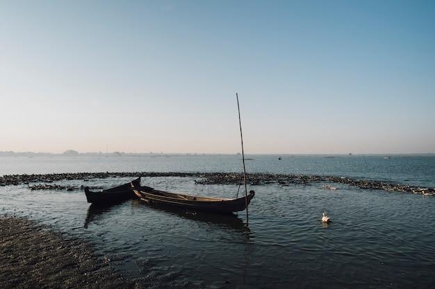 湖のシーンでボートします。 無料写真
