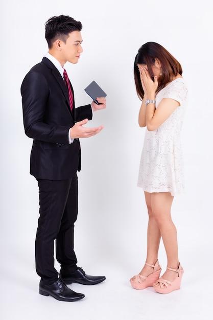 白のかなり秘書を訴える若いボス男性 無料写真