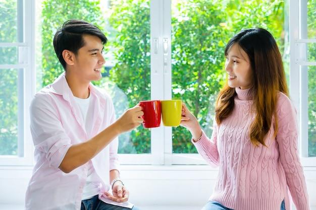 Молодая пара говорить и пить напитки в домашних условиях Бесплатные Фотографии