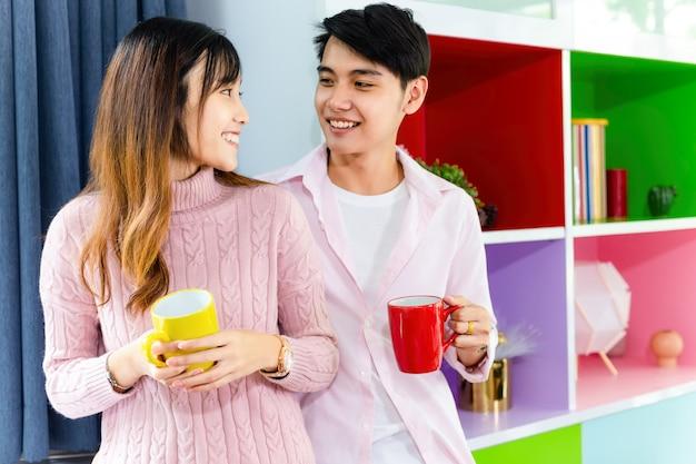 Прекрасная молодая пара, разговаривая с радостным вместе Бесплатные Фотографии