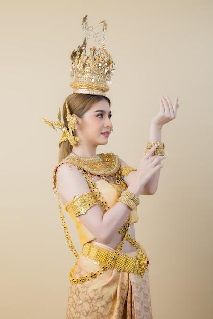 Женщина в типичном тайском платье Бесплатные Фотографии