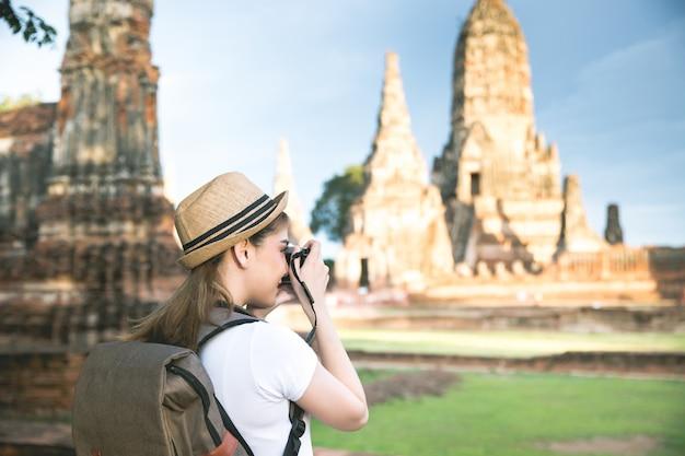 タイのアユタヤ県を旅行するバックパックを持つ若いアジア女性旅行者 無料写真