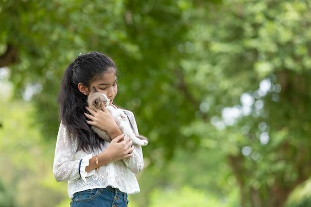 公園で子猫を保持しているアジアの若い女の子 無料写真