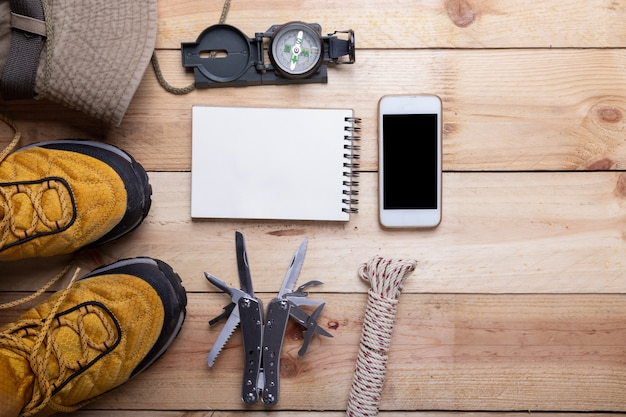 マウンテントレッキングキャンプ旅行のための屋外旅行機器の計画 無料写真